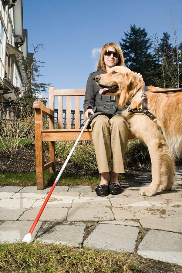 Blind kvinna med en handbokhund royaltyfri bild