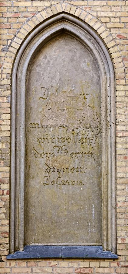 Blind venster van de begrafeniskapel in Guetzkow, Mecklenburg-Vorpommern, Duitsland met beschadigde bijbelpassage - Joshua-24:15 stock afbeeldingen