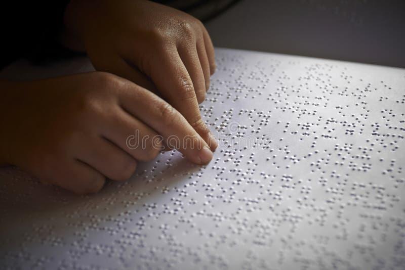 Blinda barn läste text i blindskrift royaltyfria bilder