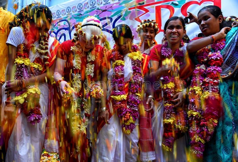 Blinda barn spelar den Holi festivalen med blommakronblad i en blind skola av Kolkata arkivfoto