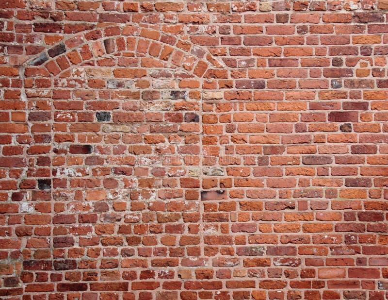 Blinde geheim verborgen ingang in oude rode brickwall stock foto