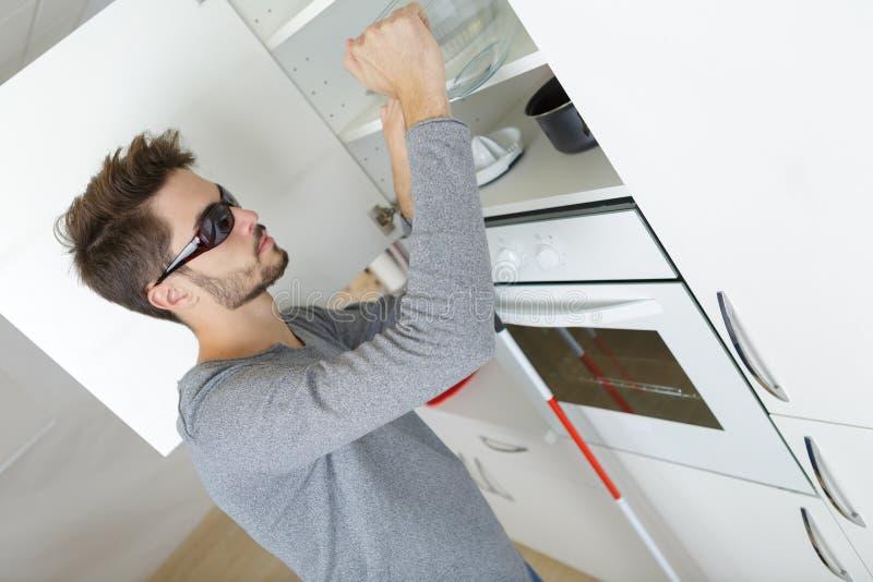 Blinde jonge jongen in keuken royalty-vrije stock foto