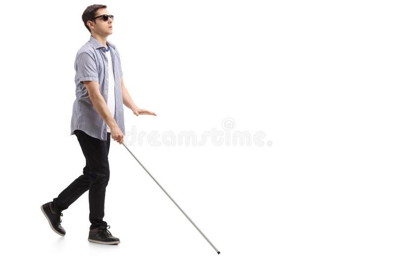 Blinde jonge mens met riet het lopen stock fotografie