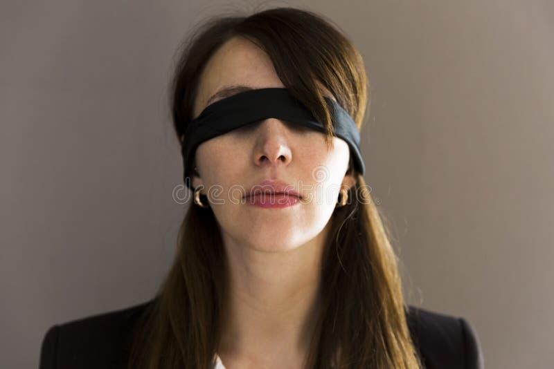 Blinde junge Geschäftsfrau auf grauem Hintergrund stockbild