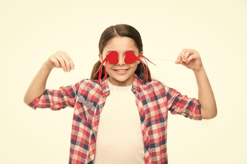 Blinde liefde Klein meisje die ogen behandelen met harten Leuk meisje met kleine rode harten op stokken Klein kind met hart royalty-vrije stock afbeelding