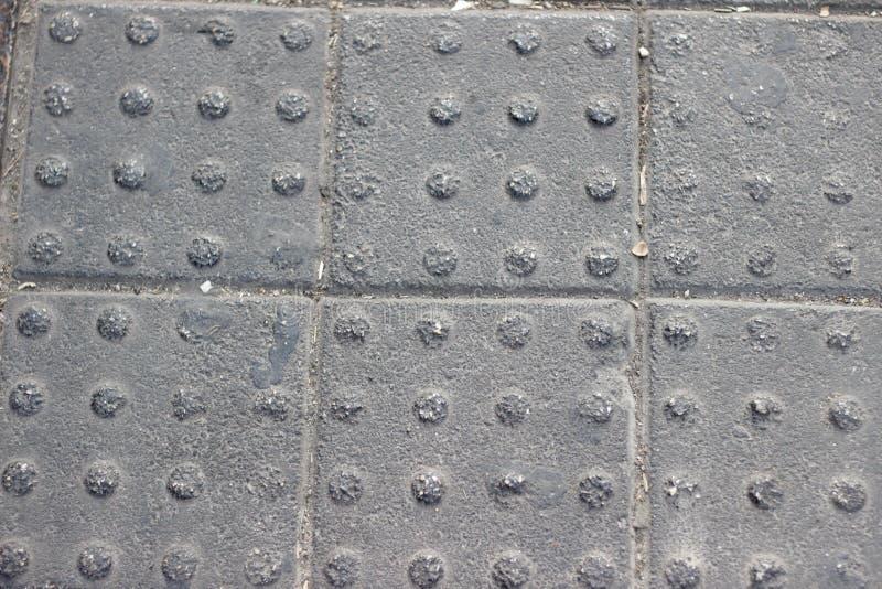 Blindenschrift-BlockTastpflasterung für blindes Handikap auf Fliesen stockfotos