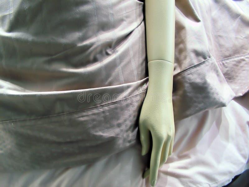Blinder Arm und Hand im Bett stockbilder