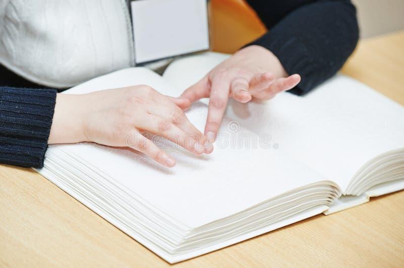 Blindes oder sehbehindertes Lesebuch lizenzfreie stockbilder
