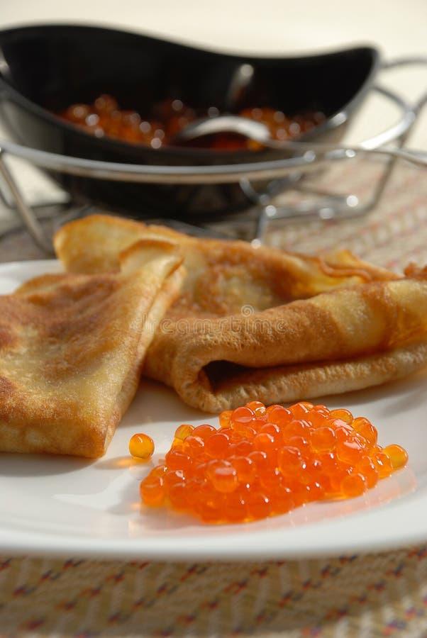 Blini mit rotem Kaviar lizenzfreies stockfoto