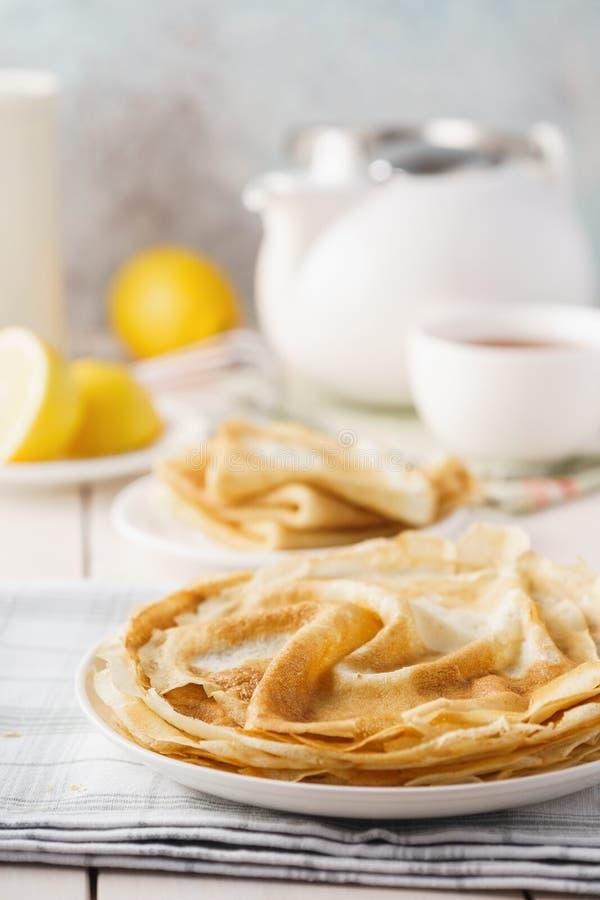 Blini, pancake sottili russi casalinghi tradizionali e tè fotografia stock libera da diritti