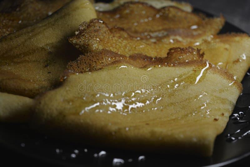 Blini ruso de las crepes, bliny con la miel fotos de archivo