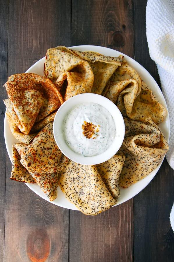 Blinis de crêpes de clou de girofle et sauce à crème sure délicieux avec d photos stock