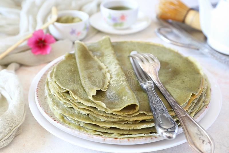 Blinis de las crepes del té verde de Matcha imagen de archivo libre de regalías