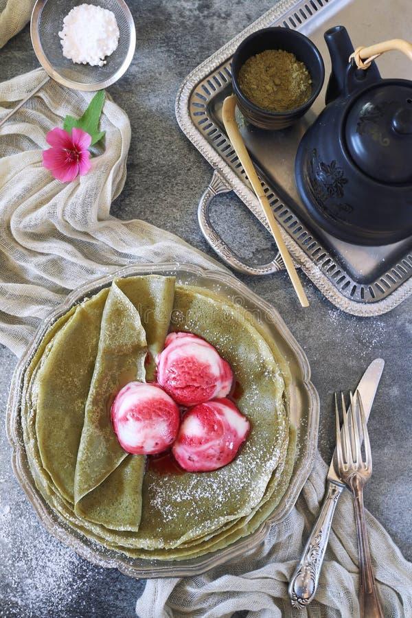 Blinis för pannkakor Matcha för grönt te och bollar av fruktglass royaltyfri foto