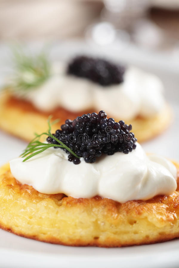 Blinis mit Kaviar stockfotografie