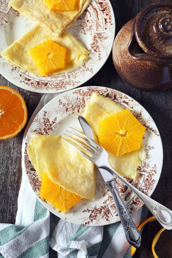 Blinis sottili dei pancake del selz con le fette arancio caramellate fotografie stock libere da diritti