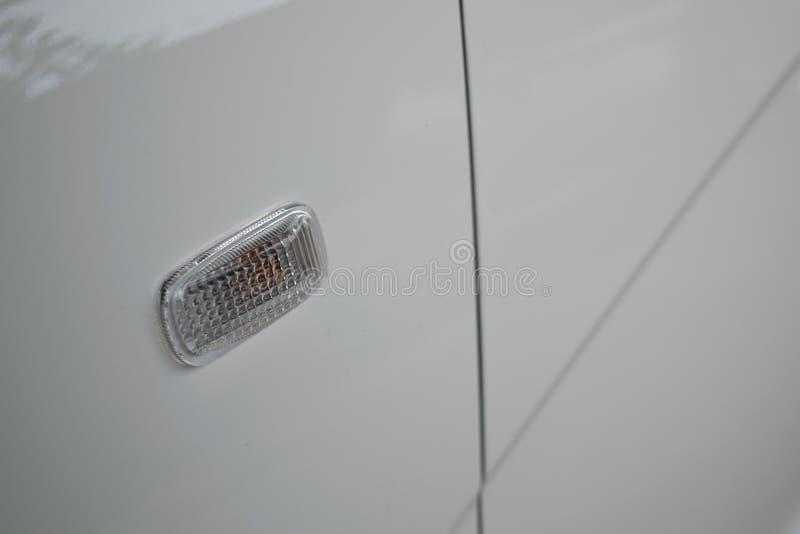 Blinkerljus av mörk stil för vit stadsbil royaltyfri foto