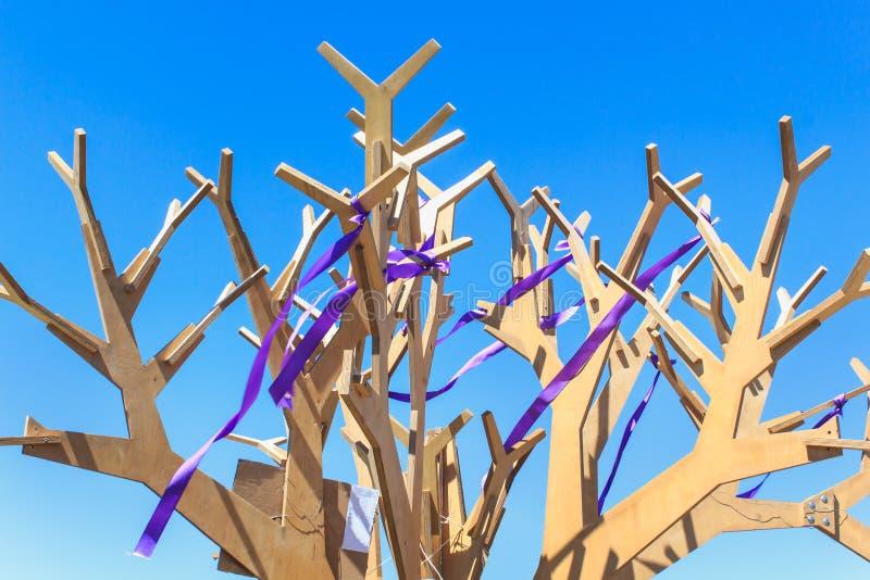 Blinklicht in Form eines Baums mit Niederlassungen des Sperrholzes auf einem Hintergrund des blauen Himmels Erzielen des Ziels lizenzfreies stockbild