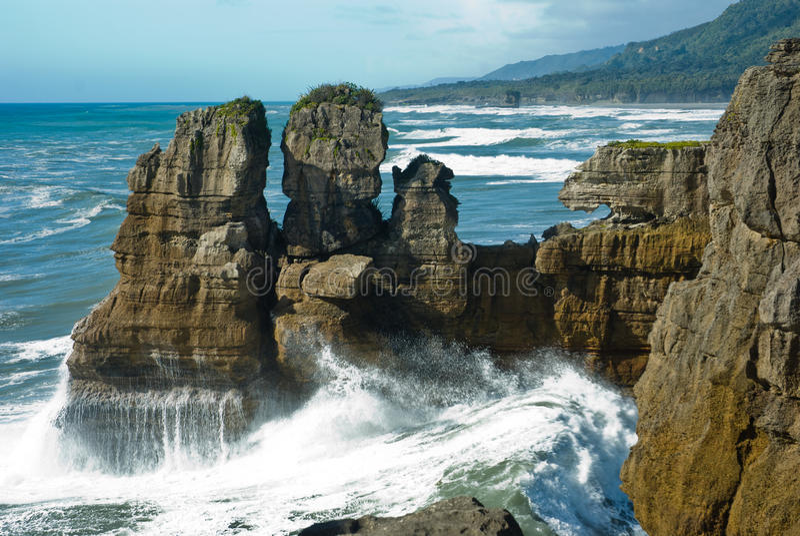 Blinu rockowy jar przy westernu wybrzeżem w Nowa Zelandia zdjęcie stock