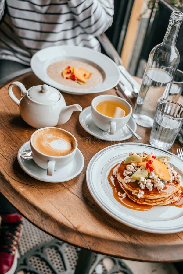 Bliny śniadaniowi w kawiarni fotografia stock