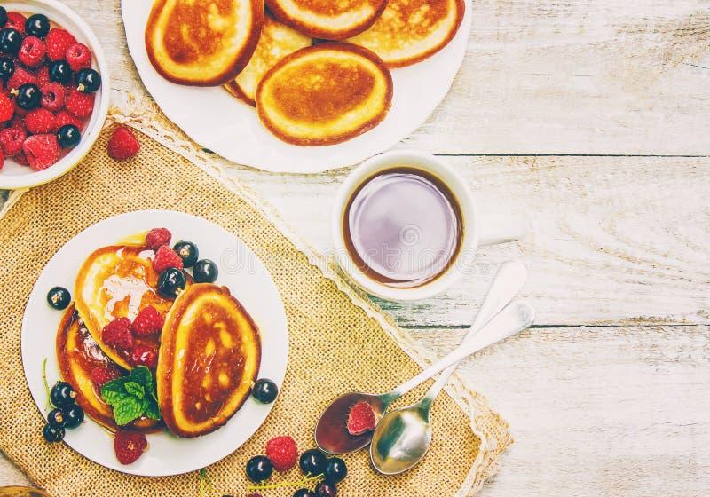 Bliny dla herbaty z miodem i jagodami obrazy stock
