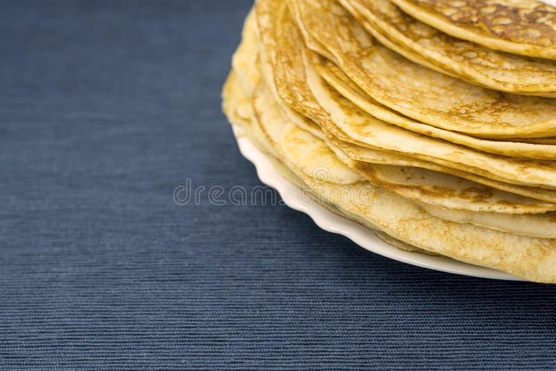 Bliny dla karnawału na talerzu, błękitna pielucha, tradycyjny jedzenie zdjęcie royalty free