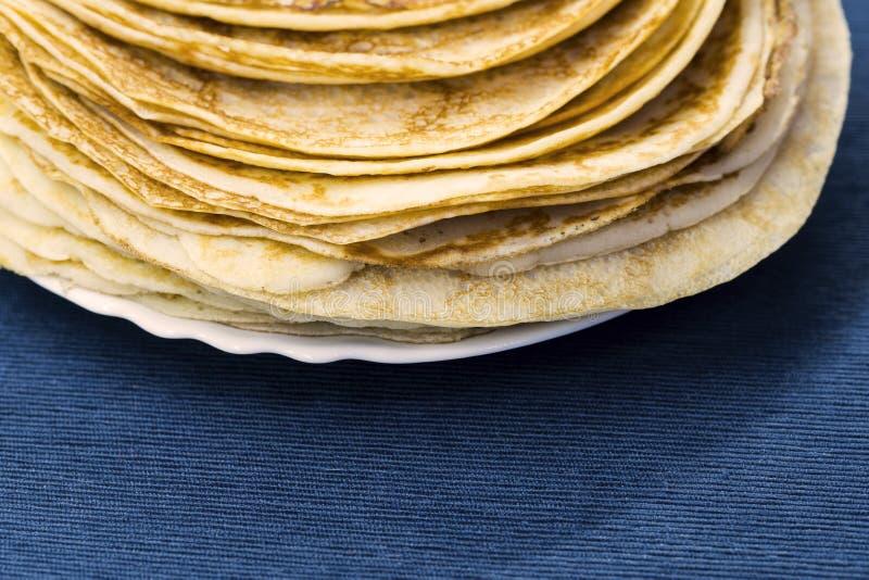 Bliny dla karnawału na talerzu, błękitna pielucha, tradycyjny jedzenie obraz royalty free