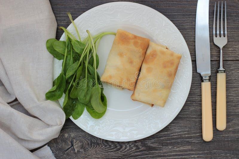 Bliny z serem, ziele i szpinakiem chałupy, fotografia stock