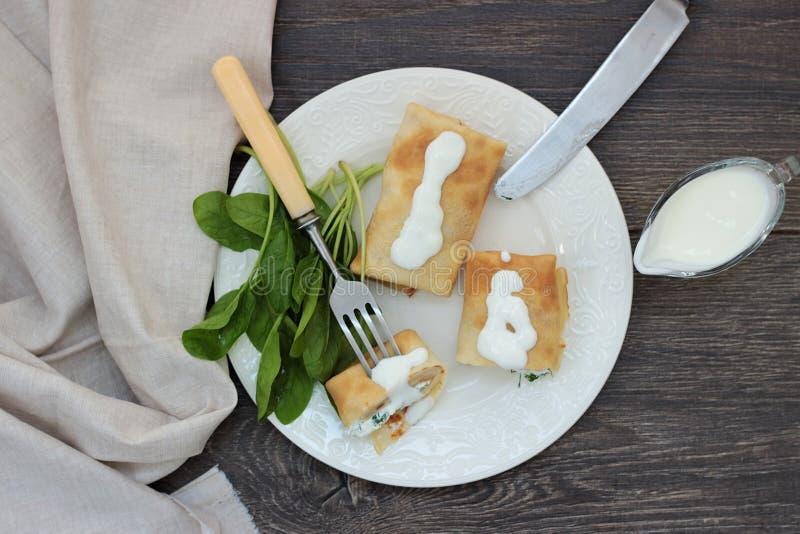 Bliny z serem, ziele i szpinakiem chałupy, obrazy royalty free
