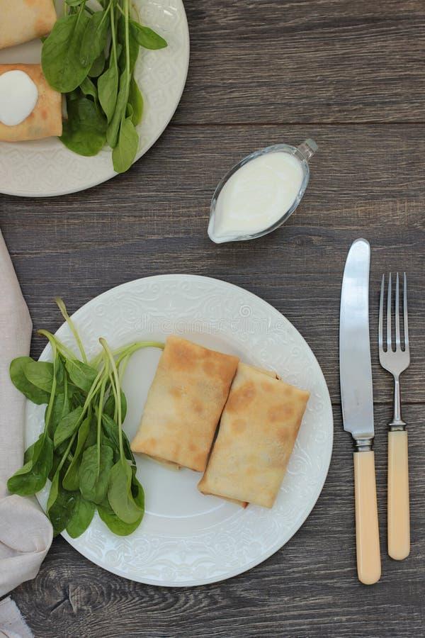 Bliny z serem, ziele i szpinakiem chałupy, zdjęcia royalty free