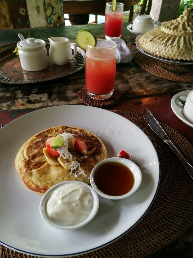 Bliny z tropikalną owoc, śniadaniowa rzecz obrazy stock