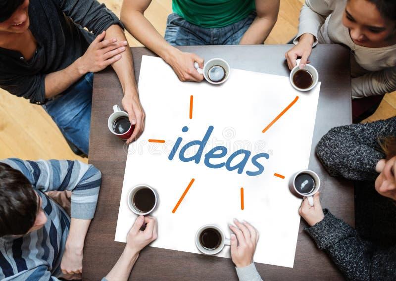 Blir partner med idékläckning över en affisch med idéer som är skriftliga på den fotografering för bildbyråer