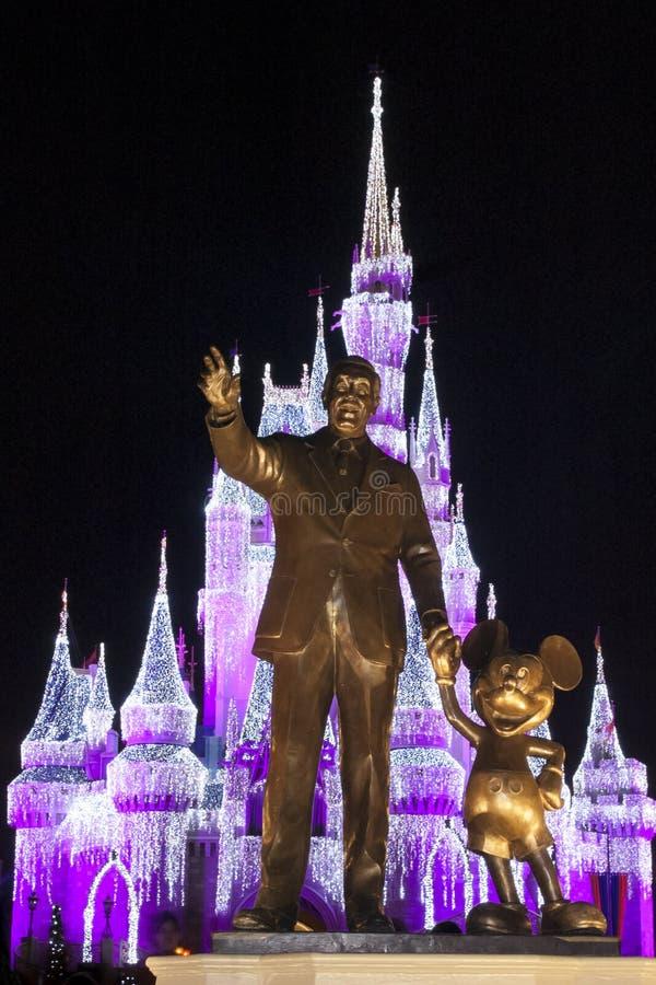 Blir partner med statyn Cinderella Castle Christmas arkivbilder