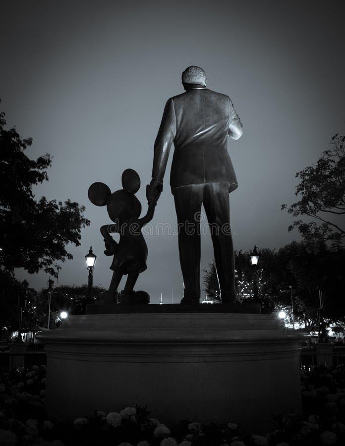 Blir partner med statyn på Disneyland Resort royaltyfria bilder