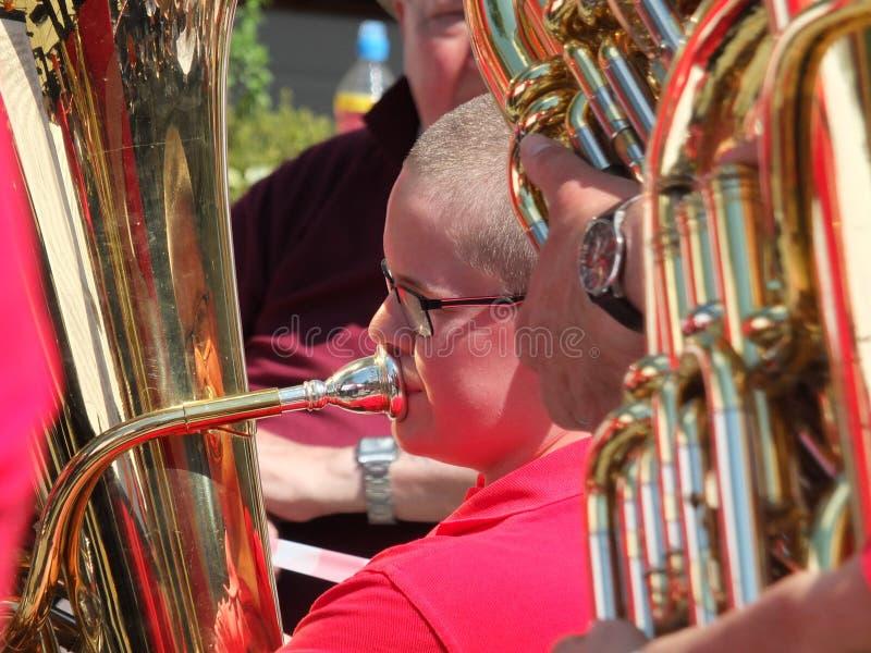 bliska część muzyka z mosiężnego zespołu występującego w publicznym konkursie marszu mosiężnego w centrum mostu w Hebden fotografia royalty free