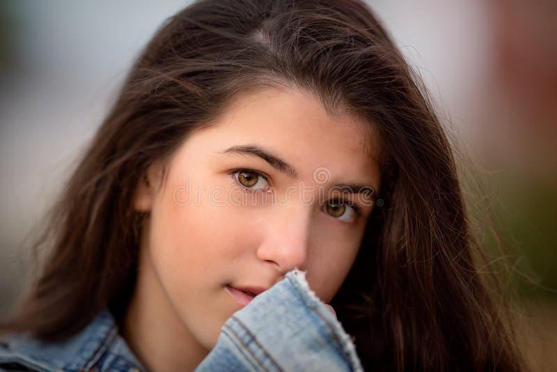 Bliski portret pięknej młodej dziewczyny obraz stock