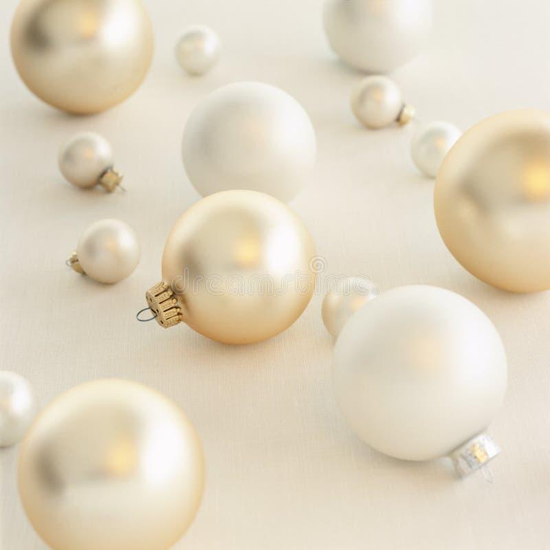 Bliskie zamknięcie prostych, nowoczesnych, srebrnych, białych i złotych ozdób na białym tle Dekoracje świąteczne obraz stock