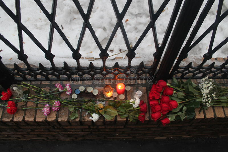 Blisko biura RPR-Parnassus ludzie przynoszą kwiaty ku pamięci zmarłego Boris Nemtsov zdjęcia royalty free