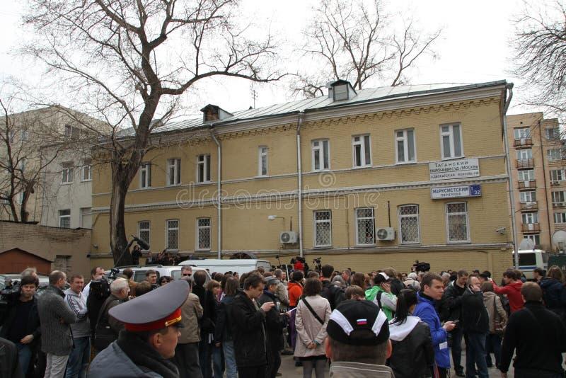 Blisko budynku Khamovniki sąd nieupoważniona akcja tam byli zwolennicy werdykt winny dla arreste zdjęcia royalty free