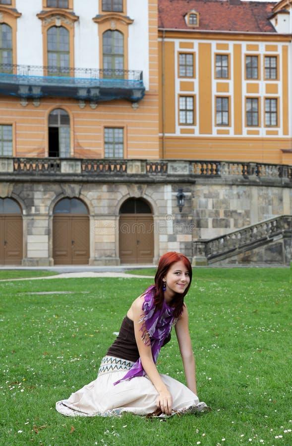 blisko dziewczyny grodowa trawa zdjęcie stock