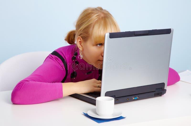 blisko dziewczyny laptopu przyglądający monitoru potomstwa fotografia stock
