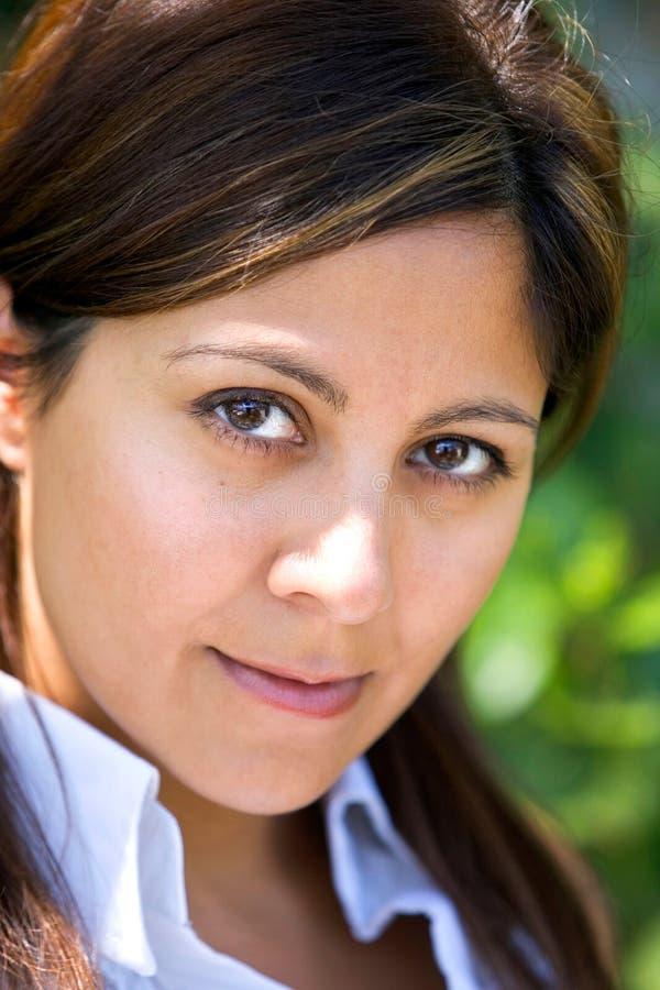 blisko kamery dziewczyna wygląda na hiszpańskim się młodo zdjęcia royalty free