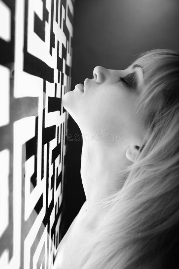 blisko kobiety szyldowej oświetlone zdjęcie stock