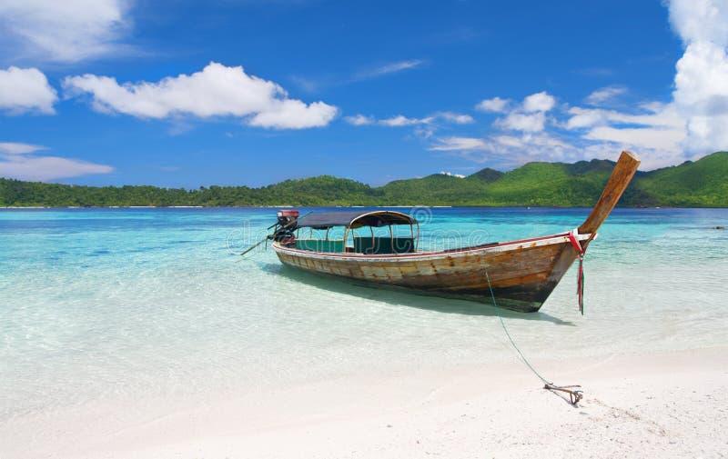 blisko laguny plażowy piękny łódkowaty longtail zdjęcie stock