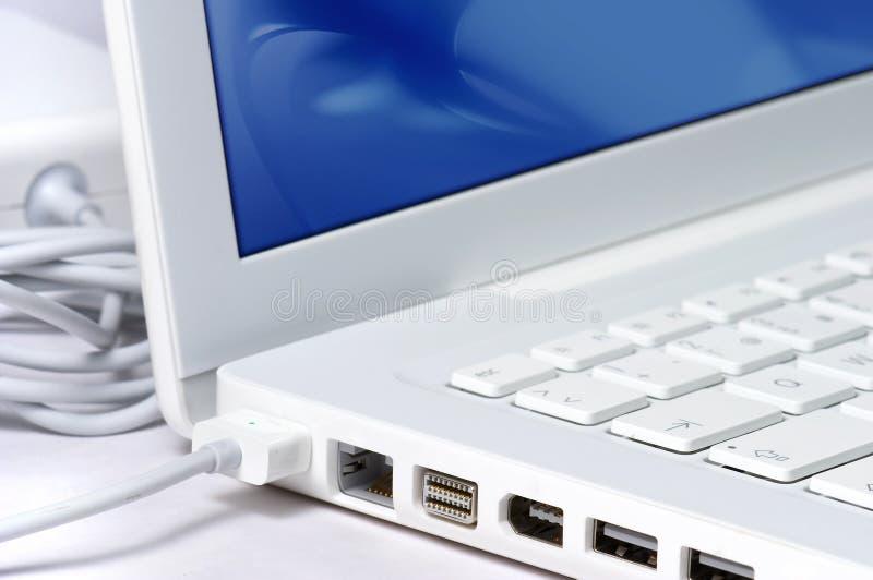 blisko laptopa w bieli zdjęcia royalty free