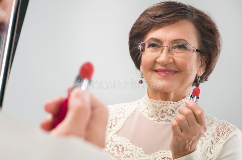 Blisko lustra starsza kobieta zdjęcia stock