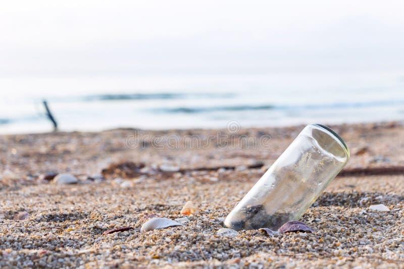 Blisko morza szklane butelki na plaży Ja ` s śmieci pollutio fotografia stock
