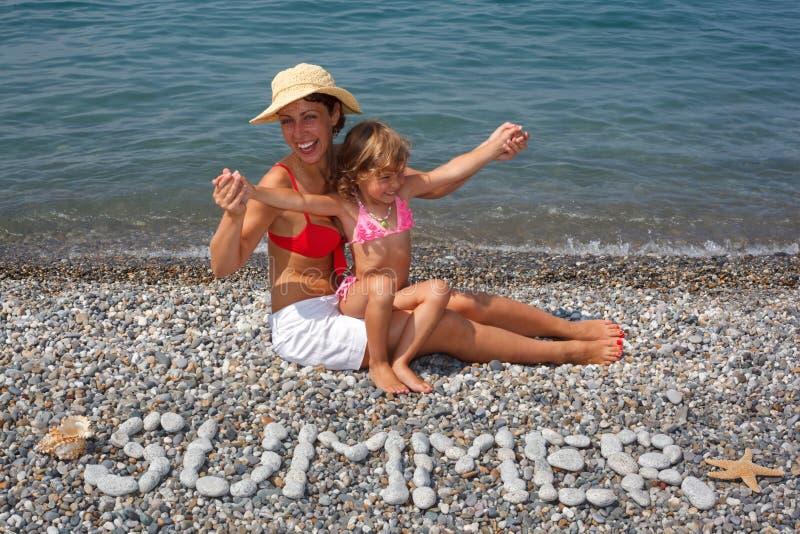blisko obsiadanie wody córki plażowa matka fotografia royalty free