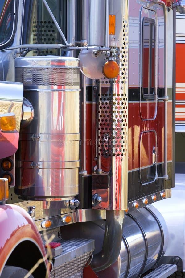 blisko wielkiej ciężarówki z uwagi na ciężarówki w górę obrazy royalty free