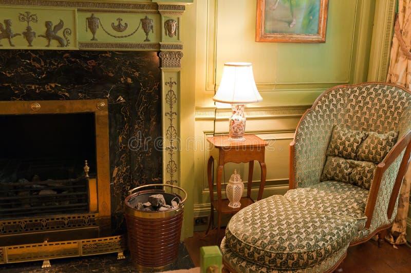 blisko wiktoriański krzesło kominek zdjęcia royalty free